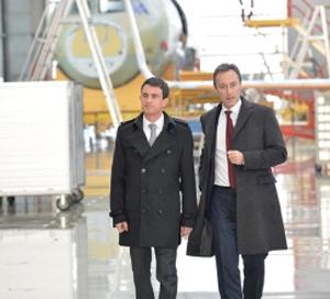El primer ministro francés, Manuel Valls, con el CEO de Airbus, Fabrice Brégier, en China