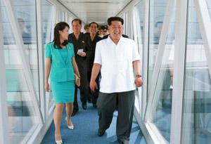 El líder norcoreano en su recorrido por el nuevo aeropuerto