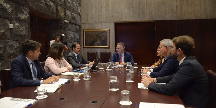 Ángel Víctor Torres, reunido con los directivos de Iberia Express y de Vueling