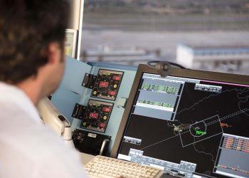 Controlador aéreo de ENAIRE en una torre de control