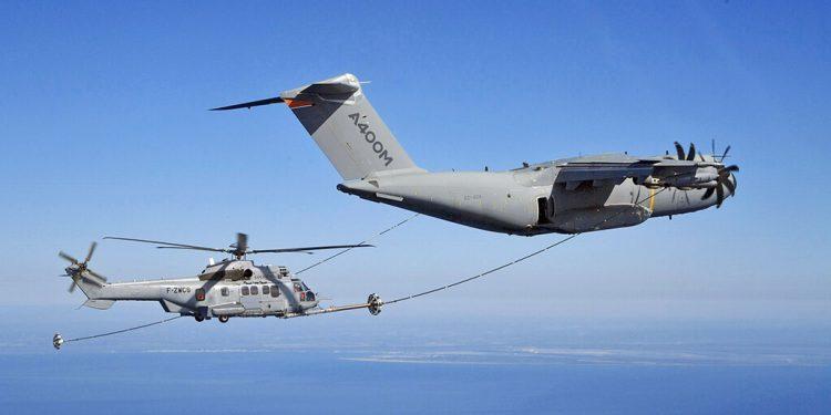 Un A400M reabastece combustible a un helicóptero