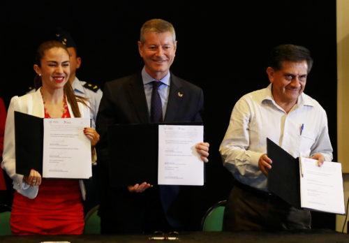 Firma del acuerdo con el aeropuerto de Bolivia.