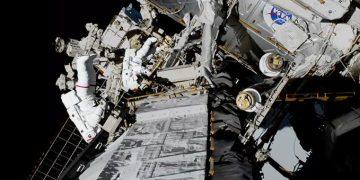 Dos mujeres astronautas hacen una salida espacial