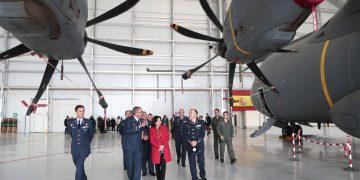 La ministra de Defensa visita un A400M