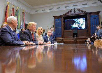 Trump habla con las astronautas
