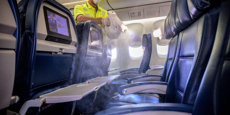 Limpieza de un avión de Delta por el Coronavirus